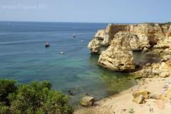Praia Marinha is een zeer populair zandstrand.
