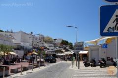 Het pleintje van Carvoeiro met winkels en restaurants.