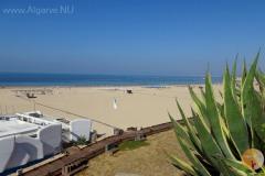 Het zeer brede zandstrand ban Praia da Rocha in Portimao.