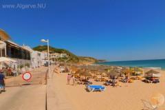 Het strand van Salema.