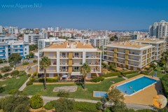 Top floor (3rd), middle two balconies. Lovely and luxurious, very complete 1 bedroom apartment with a large sofa bed in the living room. Beautiful sea view, large swimming pool, and free parking.