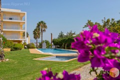 Very well maintained, spacious apartment with sea view and swimming pool in the Algarve.